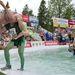 A finn Petteri KERANEN viszi hátán feleségét, Johanna KYLMAAHO-t a 17. feleségcipelő-világbajnokságon a finnországi Sonkajärviben.