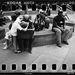Egy fiú játszik 'Az üzletember' szobra előtt, ami csodával határos módon sértetlenül élte túl a mellette leomló ikertornyok rombolását.