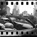 Nyitott luxusautóval furikázza kislányát a WTC építkezések közelében egy férfi.