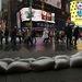 Homokzsákok között vásárolnak a Times Square járókelői