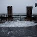 Áttör a víz a korláton a Battery Parknál.