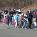 A Sandy Hook Általános Iskolába – ahol a lövöldözés történt – futva sietett több szülő a gyerekéért. Az iskolásokat libasorban, az előttük álló vállára tett kézzel, tanárok kísérték ki az épületből.