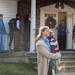 Gyászolók gyülekeznek a helyi metodista templom előtt