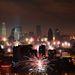 Peking szmogos látképe a 15 napos ünnep első éjszakájának ünnepi tűzijátékával.