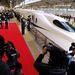 A szerencsésebbek már az új N700A szupervasúttal utaznak haza 300 kilométeres óránkénti sebességgel.