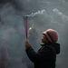Füst kígyózik egy kínai nő imapálcáinak hegyéről