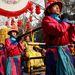 Hagyományőrző ünnepi műsor keretében cipelik a Ming-dinasztia uralkodójának öltözött színészt Pekingben.