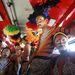 A kolumbiai Selva Africana tánccsoport tagjai utaznak a Barranquillában tartott tartott Virágok harcára.