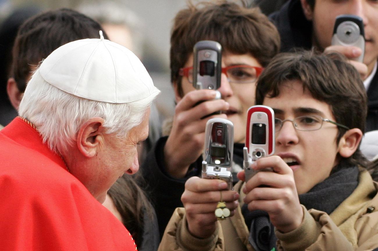 """A szentmisét megelőző hétfő délután ünnepélyesen felavatták a Szent Péter téren felállított betlehemi jászlat, majd XVI. Benedek pápa meggyújtotta a """"béke világosságát"""