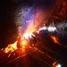 Az akna mélyén rakott tűz mellett várakoznak  a fiatal bányászok, amíg a közelben lévő alagútból kiszivattyúzzák a vizet.