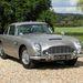 Egy svájci milliomos felújította, és most hárommillió angol fontért (csaknem egymilliárd forintért) Nagy-Britanniában megvételre kínálja James Bond Aston Martinját a hozzá tartozó olyan extrákkal, mint a fényszórók mögé beépített rejtett géppuskák, a füstfüggöny-eregető szerkezet vagy a golyóálló szélvédő.