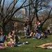 Tavaszi napfényben sütkérező New York-iak.