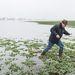 Karászi Zoltán kertészeti szakirányító lépked egy belvízzel elöntött repceföldön Nagyhalász-Homoktanyán.