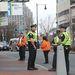 Felforgatta a városrészt a hajtóvadászat, minden sarkon rendőrök állnak, és ellenőrzik a járókelőket.