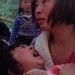 A földrengés elől az utcára menekülő anya nyugtatja sokkos gyermekét.
