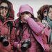 Kínai turisták figyelik az égi temetést