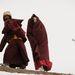Buddhista szerzetesnők érkeznek az égi temetésre, ahol az elhunyt maradványait keselyűk tépik szét