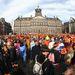 Beatrix holland királynő aláírta Amszterdamban a lemondásáról szóló dokumentumot, ezzel átadta a trónt fiának, Vilmos Sándornak. A ceremónia után az új király családjával együtt a Dam téri királyi palota erkélyéről üdvözli az egybegyűlt tömeget. A tér teljesen megtelt narancssárgába öltözött emberekkel.