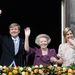Vilmos Sándor holland uralkodó, Beatrix hercegnő és Maxima hercegné (b-j) az amszterdami királyi palota erkélyén
