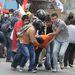 Sérült tüntetőt emelnek ki társai a  tömegből