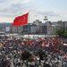 Török zászló és tömeg a téren
