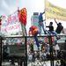 A napok óta tartó harcok után is tízezrek csatlakoztak a vasárnapi tüntetéshez a Taksim téren