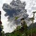 Csaknem hatezer ember kényszerült otthona elhagyására az indonéziai szigeten egy vulkán kitörése miatt.
