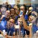 A tokiói Ginza bevásárlóközpont Apple boltjának alkalmazottai pózolnak egy új 5s készülékkel.