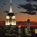Pénteken éjjel első alkalommal kapcsolták be a szeptember 11-i terrortámadásban elpusztult World Trade Center-ikertornyok helyére épült új felhőkarcoló díszkivilágítását. Előtérben az Empire State Building.