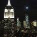 A 2006-ban kezdődött, 3,9 milliárd dolláros projekt a vége felé jár, 2014 elején a tervek szerint át is adják az épületet. Az utolsó munkafázisok egyike volt a csúcsdísz világításának beszerelése, illetve annak tesztje. Előtérben az Empire State Building.