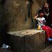 Nő és gyermeke pihen Bejrút menekültek lakta részén. Az ENSZ adatai szerint jelenleg 1,3 millió szíriai menekült él a mindössze 4 milliós lakosságú Libanonban.