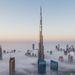 Ritka időjárási jelenség, évente mindössze 3-4 alkalommal, a nyári-téli évszakváltáskor lehet csak látni, ahogy Dubajt sűrű köd borítja be. A vastag felhők fölé magasodó felhőkarcolók, különösen a Burdzs Kalifa, ilyenkor páratlan látványt nyújtanak.