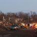 """A Washingtont letaroló vihar előzetes felmérések szerint az óránként 265 kilométeres sebességet is elérte, és csaknem 5 kilométeres sávban pusztított. A rombolást több szemtanú """"hihetetlennek"""" értékelte."""