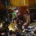 Az emberek a boltok romjai között keresnek használható tárgyakat. Nem csak élelmiszer után kutatnak, több hír is érkezett  arról, hogy szervezett bandák fosztogatják a környékbeli raktárakat elektronikai cikkekért.