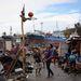 Kosárlabdázó gyerekek Tacloban egyik romos utcáján