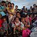 Aki teheti, elhagyja otthonát egy időre. Tömeg a Tacloban-i repülőtéren