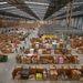 Egy 46 ezer négyzetméteres csarnok, tele dobozokkal. Az ünnepi hajrára az Amazon több ezer alkalmi munkást foglalkoztat.