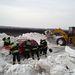 A Szerb Rendőrség által közreadott képen tűzoltók szabadítanak ki egy autót a hó fogságából Topolyánál