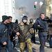 A rendfenntartók könnygázt, fény- és hanggránátokat vetettek be, és gumilövedékeket lőnek a tömegbe.