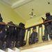 Fegyveres tüntetők kísérik ki a rendőröket a kapitányság épületéből.