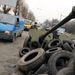 A kormányerőktől zsákmányolt tüzérségi fegyverrel és gumiabroncsokkal eltorlaszolt út Lvovban.
