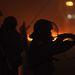 Gumilövedéket lő egy rohamrendőr kormányellenes tüntetőkre a kijevi Függetlenség terén, a Majdanon.