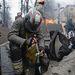 A BBC szerint néhány rettegett rohamrendőr (a tüntetők szóhasználatában Berkut) átállt a kormányellenes tiltakozókhoz és most velük együtt építik a barikádokat. Az ukrán belügyminisztérium tagadja ezeket a híreket.