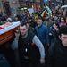 Miközben az ellenzéki vezetők aláírták a megállapodást, sok tüntető azért is könnyeivel küszködött, mert körbehordozták áldozatok koporsóit.
