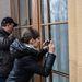 Az ablakban fotózón füntetők