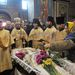 Az elmúlt hónapok harcaiban elhunyt tüntetőket a tér melletti Szent Mihály-székesegyházban pravoszláv szertartással búcsúztatják.