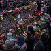 Sokan virágokkal emlékeznek az áldozatokra.