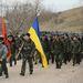 A fegyvertelen ukrán katonák saját egységük és Ukrajna zászlaja alatt menetelve próbáltak meg bejutni az oroszok által előző héten elfoglalt leszállópályára.