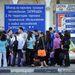 Szimferopol Utasok várják az iránytaxit a parkolóban, ahol nagy a rend: tábla szerint piszkos autóval nem is szabad behajtani.