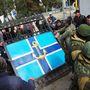 """Néhány száz tüntető vonult szerda reggel az ukrán haditengerészet szevasztopoli parancsnoksága elé, követelve a """"külföldi"""" erők azonnali távozását az Oroszországhoz csatlakozott Krím területéről."""